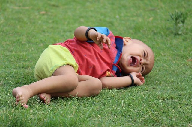 夜泣きする2歳児が癇癪を起して眠ってくれない時の対応は?放置しても大丈夫か
